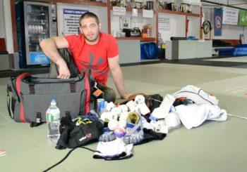 Co każda osoba trenująca BJJ powinna nosić w torbie treningowej?