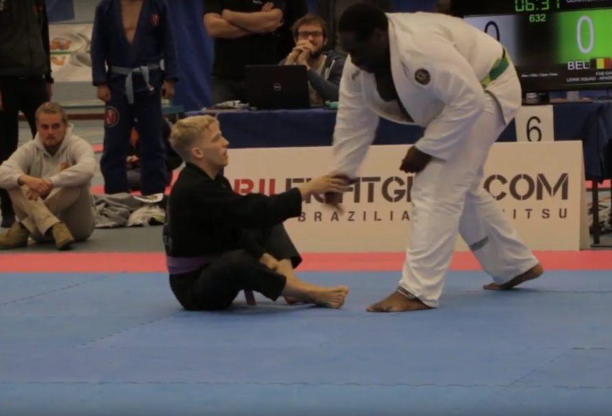 Lekka purpura poddaje czarny pas +100 kg [Video]