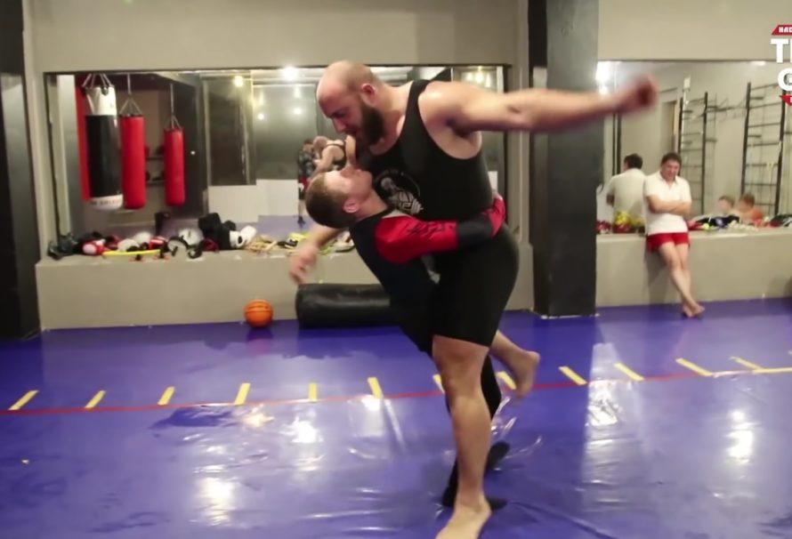 Lekki zapaśnik sparuje z trzykrotnie cięższym siłaczem [Video]