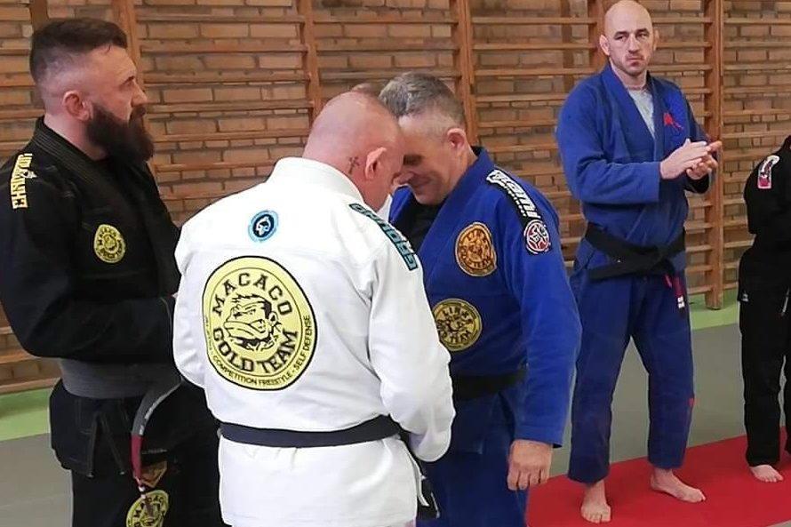 Jacek Stachowiak otrzymuje pierwszą belkę na pasie mistrzowskim BJJ