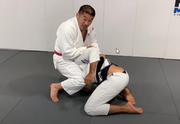 Satoshi Ishii ze swoim zaskakującym duszeniem z żółwia [wideo]