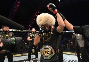 Khabib Nurmagomedov poddaje Justina Gaethje duszeniem trójkątnym w drugiej rundzie pojedynku o pas mistrzowski wagi lekkiej UFC [Video]